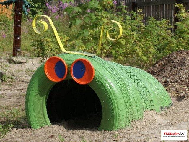 Соорудить такой аттракцион для детей из старых покрышек на игровой площадке довольно просто.  А главное не затратно.