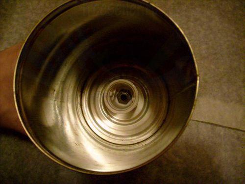 Настенный светильник из жестяных банок