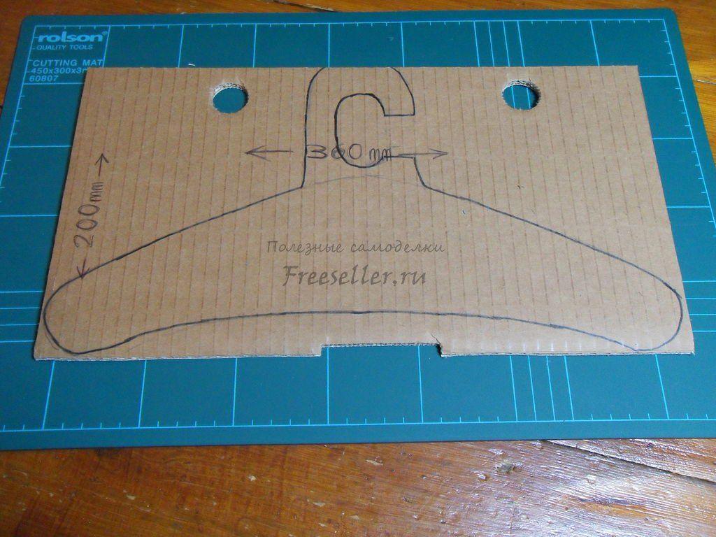 Как сделать вешалку для кукол из картона