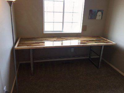Самодельный лакированный стол на металлическом каркасе