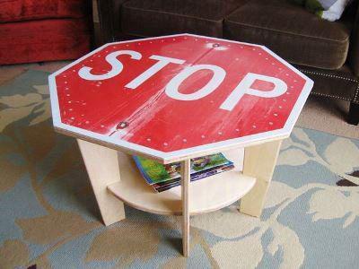 Самодельный столик из фанеры с надписью - Стоп