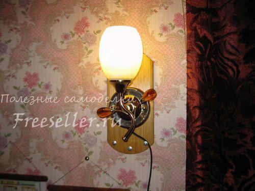 Самодельный деревянный навес для настенного светильника