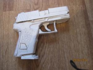Модель пистолета P2000 из картона