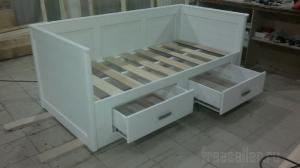 Кровать с полочками своими руками