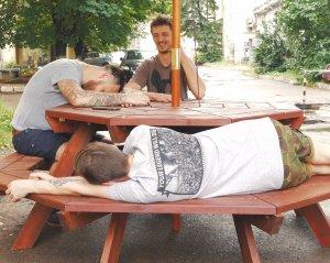 Восьмигранный стол с лавками из досок