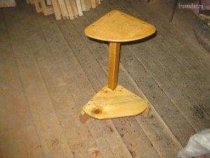 Небольшой самодельный угловой столик